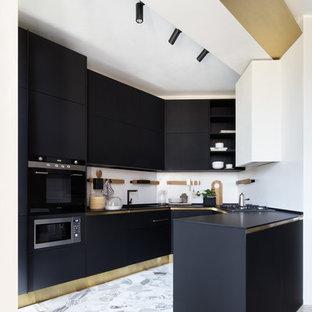 Idee per una cucina ad U contemporanea di medie dimensioni con ante nere, pavimento in marmo, ante lisce, paraspruzzi bianco, elettrodomestici neri, penisola e pavimento bianco