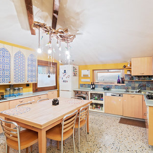 Mediterrane Wohnküche in U-Form mit Doppelwaschbecken, flächenbündigen Schrankfronten, hellbraunen Holzschränken, bunter Rückwand, Küchengeräten aus Edelstahl, Terrazzo-Boden, buntem Boden und grüner Arbeitsplatte in Venedig