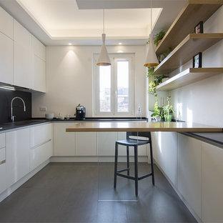 Esempio di un'ampia cucina contemporanea con top in quarzo composito, paraspruzzi nero, elettrodomestici in acciaio inossidabile, pavimento in gres porcellanato, pavimento grigio, top nero, ante lisce e ante bianche