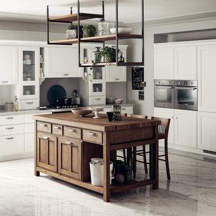 他の地域の広いシャビーシック調のおしゃれなキッチン (シングルシンク、落し込みパネル扉のキャビネット、白いキャビネット、御影石カウンター、グレーのキッチンカウンター) の写真