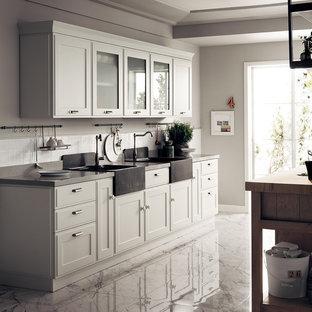 他の地域の中サイズのシャビーシック調のおしゃれなキッチン (シングルシンク、落し込みパネル扉のキャビネット、白いキャビネット、ラミネートカウンター、アイランドなし、茶色いキッチンカウンター) の写真