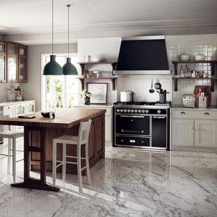 他の地域の大きいシャビーシック調のおしゃれなキッチン (シングルシンク、落し込みパネル扉のキャビネット、白いキャビネット、御影石カウンター、グレーのキッチンカウンター) の写真