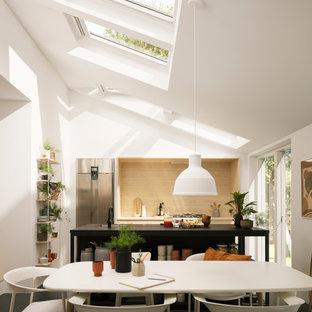 Idee per una cucina scandinava di medie dimensioni con ante lisce, ante in legno chiaro, elettrodomestici in acciaio inossidabile e isola