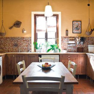 Immagine di una cucina mediterranea di medie dimensioni con lavello da incasso, ante in legno scuro, paraspruzzi multicolore, paraspruzzi con piastrelle a mosaico, elettrodomestici bianchi, pavimento in terracotta, pavimento arancione, ante in stile shaker e top multicolore
