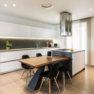 Diseño de cocina lineal, minimalista, de tamaño medio, abierta, con fregadero integrado, armarios abiertos, puertas de armario blancas, encimera de cuarzo compacto, electrodomésticos de acero inoxidable, suelo de madera pintada y una isla
