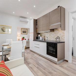 Immagine di una piccola cucina contemporanea con ante lisce e pavimento in legno massello medio