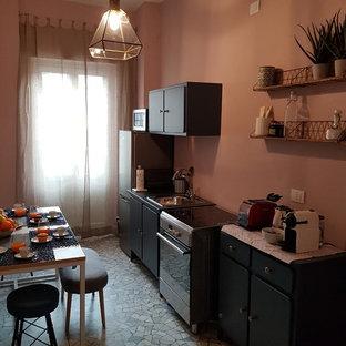 На фото: с невысоким бюджетом маленькие отдельные, параллельные кухни в стиле фьюжн с синими фасадами, деревянной столешницей, розовым фартуком и синей столешницей