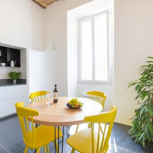 Offene, Einzeilige, Mittelgroße Moderne Küche ohne Insel mit offenen Schränken, weißen Schränken, Kalkstein-Arbeitsplatte, Küchenrückwand in Grau, Kalk-Rückwand, Keramikboden, grauem Boden und grauer Arbeitsplatte in Rom