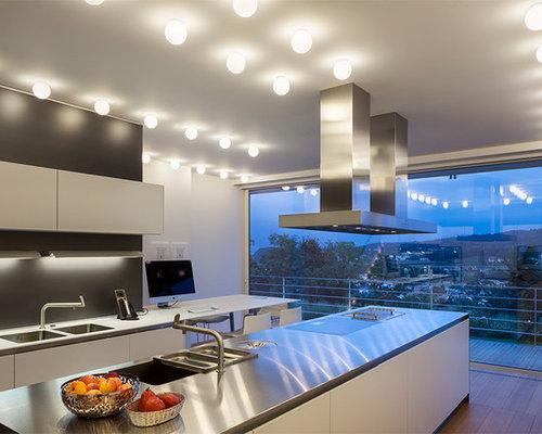 Cucina con top in acciaio inossidabile e parquet chiaro - Foto e ...
