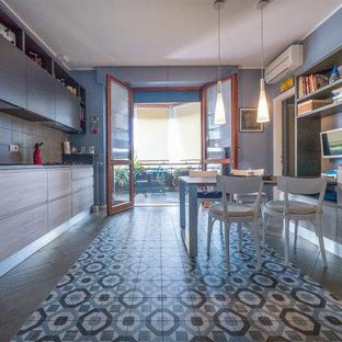 大きいコンテンポラリースタイルのおしゃれなキッチン (ドロップインシンク、フラットパネル扉のキャビネット、淡色木目調キャビネット、ラミネートカウンター、ベージュキッチンパネル、セラミックタイルのキッチンパネル、シルバーの調理設備の、セラミックタイルの床) の写真