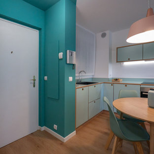 ミラノの小さいコンテンポラリースタイルのおしゃれなキッチン (シングルシンク、フラットパネル扉のキャビネット、緑のキャビネット、ラミネートカウンター、白いキッチンパネル、シルバーの調理設備の、リノリウムの床、緑のキッチンカウンター) の写真