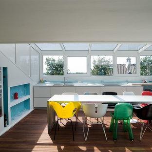 Esempio di una grande cucina contemporanea con ante lisce, ante bianche, paraspruzzi bianco, nessuna isola, lavello a doppia vasca, elettrodomestici colorati, pavimento in legno massello medio e pavimento marrone
