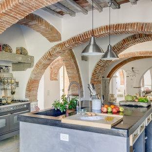 Inspiration för stora lantliga linjära kök med öppen planlösning, med en enkel diskho, en köksö, grå skåp, svarta vitvaror och betonggolv