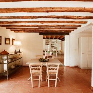 Foto på ett stort medelhavsstil kök, med en enkel diskho, öppna hyllor, skåp i ljust trä, rostfria vitvaror, klinkergolv i terrakotta och rosa golv