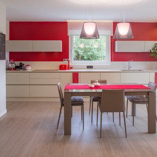 Foto di una grande cucina minimal con lavello sottopiano, ante lisce, ante bianche, top in superficie solida, paraspruzzi bianco, elettrodomestici bianchi e parquet chiaro