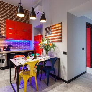 Kleine, Einzeilige Industrial Wohnküche mit Waschbecken, flächenbündigen Schrankfronten, roten Schränken, Arbeitsplatte aus Holz, Küchenrückwand in Rot und Küchengeräten aus Edelstahl in Rom