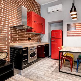 Idee per una cucina industriale con top in legno, pavimento in gres porcellanato, ante lisce, ante rosse, paraspruzzi in mattoni, elettrodomestici colorati e pavimento beige