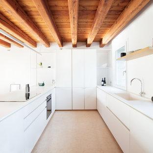 Idéer för avskilda, mellanstora funkis vitt u-kök, med en integrerad diskho, släta luckor, vita skåp, bänkskiva i koppar, vitt stänkskydd, marmorgolv, en köksö och gult golv