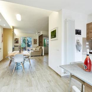На фото: с высоким бюджетом параллельные кухни-гостиные среднего размера в современном стиле с накладной раковиной, фасадами с декоративным кантом, светлыми деревянными фасадами, столешницей из кварцевого композита, серым фартуком, фартуком из керамической плитки, техникой из нержавеющей стали, полом из керамогранита, полуостровом и серой столешницей
