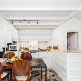 Immagine di una cucina contemporanea di medie dimensioni con lavello integrato, ante di vetro, ante bianche, top in marmo, paraspruzzi bianco, paraspruzzi in marmo, pavimento in marmo, isola e pavimento multicolore