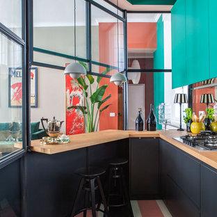 Ispirazione per una cucina ad U contemporanea con ante lisce, ante nere, top in legno, penisola, pavimento multicolore e top marrone