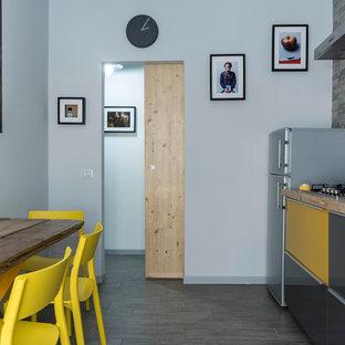 Esempio di una cucina contemporanea di medie dimensioni con lavello da incasso, ante lisce, top in legno, paraspruzzi in lastra di pietra, elettrodomestici in acciaio inossidabile e pavimento in gres porcellanato
