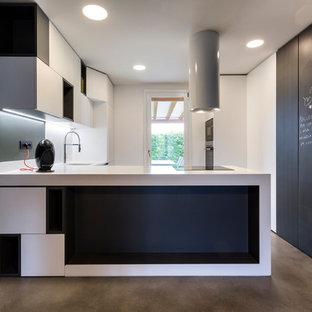 Esempio di una cucina minimal con ante lisce, ante bianche, pavimento in cemento, penisola, pavimento grigio e top bianco