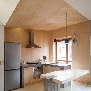Неиссякаемый источник вдохновения для домашнего уюта: маленькая п-образная кухня-гостиная в современном стиле с накладной раковиной, плоскими фасадами, светлыми деревянными фасадами, деревянной столешницей, техникой из нержавеющей стали и полом из керамогранита