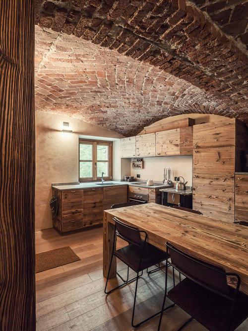 Cucina in montagna con ante in legno scuro - Foto e Idee per Arredare