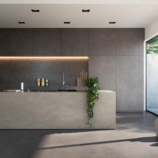 Diseño de cocina en L, moderna, grande, con puertas de armario marrones, encimera de azulejos, salpicadero marrón, salpicadero de azulejos de porcelana, electrodomésticos negros, suelo de baldosas de porcelana, suelo marrón, encimeras beige y una isla
