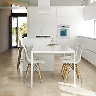 Idee per una cucina minimalista di medie dimensioni con ante bianche, pavimento in gres porcellanato, pavimento beige, top bianco, ante lisce e elettrodomestici bianchi