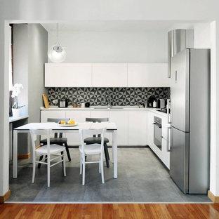 Ispirazione per una cucina minimalista con ante bianche, paraspruzzi multicolore, nessuna isola e pavimento grigio