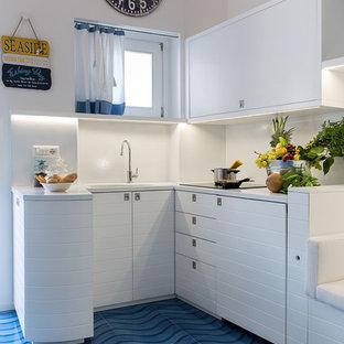 Foto di una piccola cucina marinara con lavello da incasso, ante in stile shaker, ante bianche, paraspruzzi bianco e pavimento con piastrelle in ceramica