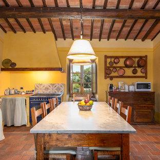 Стильный дизайн: отдельная кухня в средиземноморском стиле с цветной техникой, полом из терракотовой плитки, островом, оранжевым полом и серой столешницей - последний тренд
