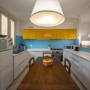 Ispirazione per una cucina eclettica di medie dimensioni con lavello a doppia vasca, ante lisce, ante gialle, top in laminato, paraspruzzi blu, elettrodomestici bianchi e nessuna isola