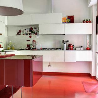 Mittelgroße Moderne Küche in U-Form mit flächenbündigen Schrankfronten, roten Schränken, Küchenrückwand in Weiß, Halbinsel, rotem Boden und Glasrückwand in Mailand