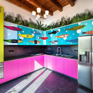 Immagine di una cucina a L eclettica con lavello da incasso, ante lisce, ante viola, paraspruzzi grigio, elettrodomestici in acciaio inossidabile e pavimento grigio