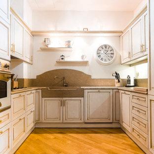 Ispirazione per una cucina ad U tradizionale con ante in stile shaker, paraspruzzi grigio, parquet chiaro, nessuna isola e top grigio