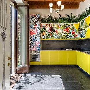 Idéer för att renovera ett funkis l-kök, med en dubbel diskho, släta luckor, gula skåp och svart stänkskydd