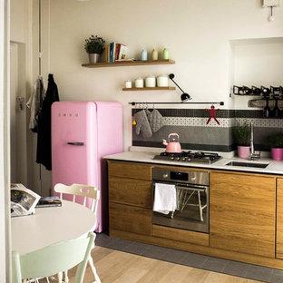 トゥーリンの小さいエクレクティックスタイルのおしゃれなキッチン (アンダーカウンターシンク、淡色木目調キャビネット、珪岩カウンター、白いキッチンパネル、石スラブのキッチンパネル、シルバーの調理設備の、セラミックタイルの床、アイランドなし、黒い床、白いキッチンカウンター) の写真