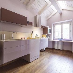 Ispirazione per una cucina lineare design con ante lisce, pavimento in legno massello medio, lavello sottopiano, paraspruzzi bianco, elettrodomestici bianchi e nessuna isola