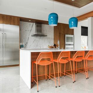 Idee per una cucina minimal con ante lisce, ante in legno scuro, paraspruzzi bianco, paraspruzzi in lastra di pietra, elettrodomestici in acciaio inossidabile, pavimento grigio, top bianco e soffitto in legno