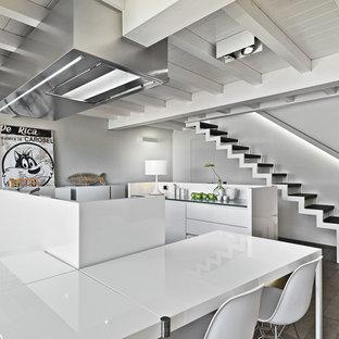 Esempio di una cucina design con ante lisce, ante bianche, paraspruzzi bianco e 2 o più isole
