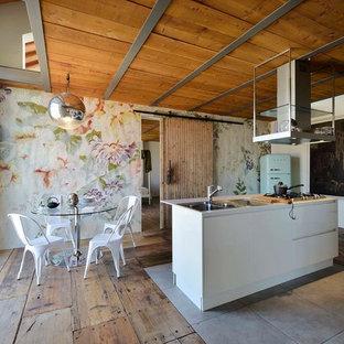 Ispirazione per una grande cucina abitabile bohémian con lavello a doppia vasca, pavimento in legno massello medio e isola