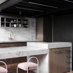 ミラノの小さいインダストリアルスタイルのおしゃれなキッチン (インセット扉のキャビネット、中間色木目調キャビネット、人工大理石カウンター、白いキッチンパネル、大理石の床、淡色無垢フローリング、マルチカラーの床、白いキッチンカウンター) の写真