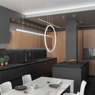 ヴェネツィアの広いモダンスタイルのおしゃれなキッチン (ダブルシンク、フラットパネル扉のキャビネット、グレーのキャビネット、ラミネートカウンター、グレーのキッチンパネル、黒い調理設備、セラミックタイルの床、黒い床、グレーのキッチンカウンター、折り上げ天井) の写真