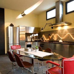 Esempio di una cucina design con ante lisce, ante in acciaio inossidabile, elettrodomestici in acciaio inossidabile e nessuna isola