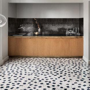 Cette photo montre une cuisine victorienne avec un plan de travail turquoise.