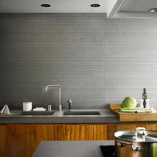 Idée de décoration pour une cuisine victorienne avec un plan de travail turquoise.