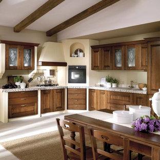 Ispirazione per una grande cucina mediterranea con lavello a vasca singola, ante con bugna sagomata, ante in legno scuro, top piastrellato, paraspruzzi bianco, paraspruzzi con piastrelle a mosaico, elettrodomestici neri, pavimento in legno verniciato e pavimento bianco